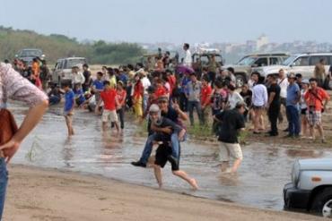 Xế hộp đua tài lội sông Hồng