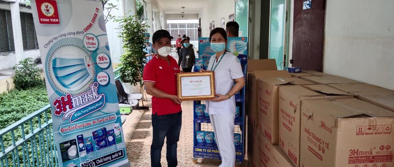 Vĩnh Tiến trao tặng khẩu trang cho bệnh viện Nhiệt Đới TPHCM