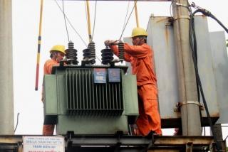 EVN cho biết đang chịu áp lực lớn từ tăng chi phí đầu vào. Trong ảnh: nhân viên EVN thao tác tại trạm biến áp để cấp điện cho dân - Ảnh: V.HÀ